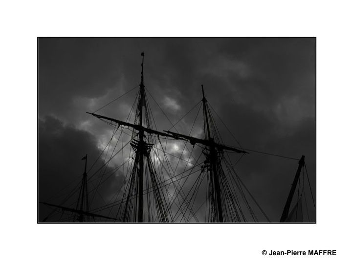 L'armada de Rouen 2019 a connu quelques courts passages nuageux d'une rare intensité : une véritable chance pour un photographe.