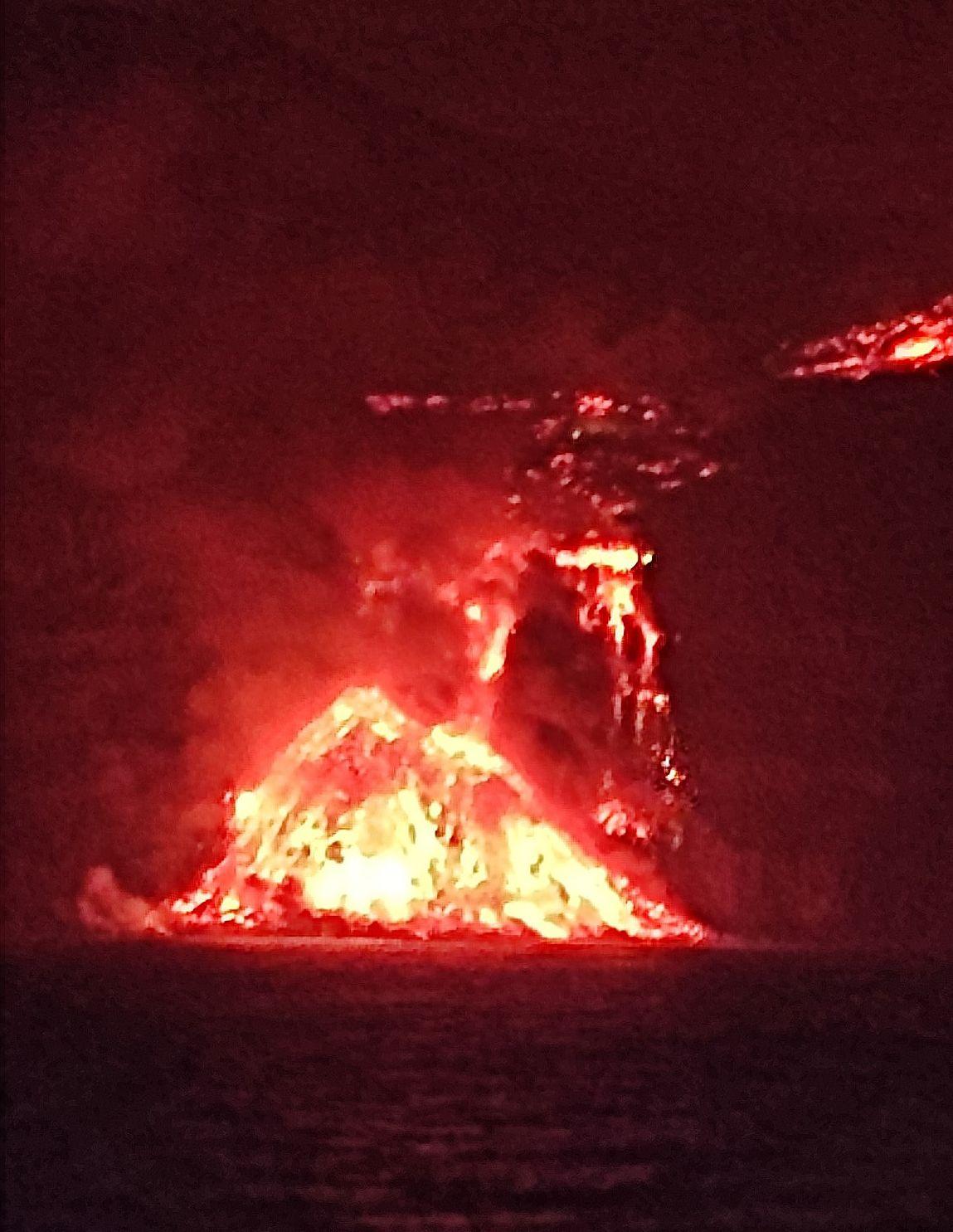 La Palma / Cumbre Vieja - 28.09.2021 -  pyramide de lave  déposée par l'arrivée de s coulées  - Doc. Geociencias Marinas (IEO)