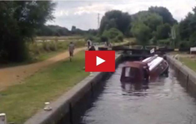 VIDEO - incroyable, un Narrowboat sombre en 25 secondes, dans une écluse