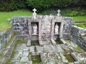 La chapelle du Guiaudet ; l'intérieur et la fontaine.