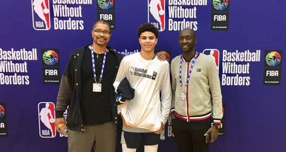 DeRon et Killian Hayes avec Yann Balikouzou (agent) à Los Angeles lors de la Basketball Without Borders (BWB) en février 2019