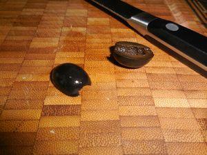 2 - Commencer le montage par votre base pain de mie/saumon dans laquelle il convient de fixer une grande pique. Pré-trouer l'oeuf de poule en son centre avec une autre pique et venir l'enfiler délicatement sur la base. Dans une rondelle de carotte découper avec un petit emporte-pièces un anneau et un cercle. Poser l'anneau sur l'oeuf de poule, il matérialisera une écharpe. Trouer en son centre l'oeuf de caille et venir le fixer délicatement sur l'anneau de carotte. Poser ensuite le cercle de carotte précédemment découpé (base du chapeau) et par dessus finir par un petit cylindre de carotte rond et plein (haut du chapeau). Piquer au centre de la tête du bonhonne par un petit morceau de carotte pointu pour réaliser le nez. Découper de petits morceaux d'olives noires pour matérialiser les yeux et les boutons.