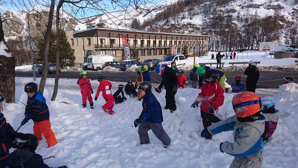 Découverte et jeux dans la neige