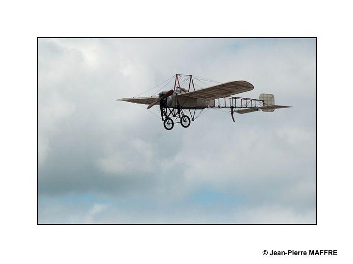 On ne se lassera jamais d'admirer les anciens avions qui nous surprennent toujours par leur souplesse et leur maniabilité.