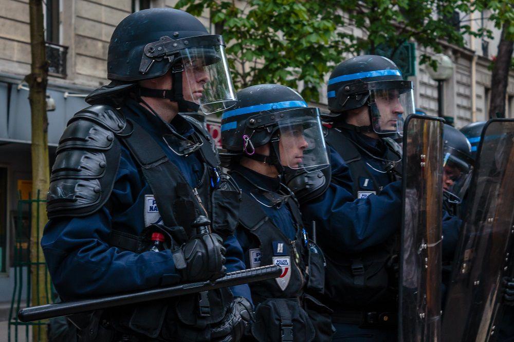 L'armée avec les CRS contre le peuple, les flics civils d'une extrême violence souvent infiltrés pour repérer et casser du jeune, alors qu'il n'y a aucun casseur les CRS chargent de face les manifestants à coups de grenades lacrymogènes. Qui commande une telle violence ?