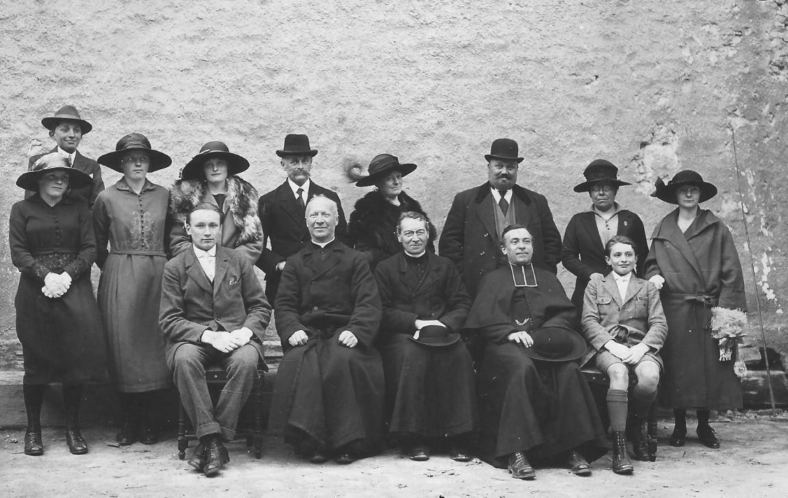 L'Abbé Gréhan au centre d'un groupe de personnes non identifiées.