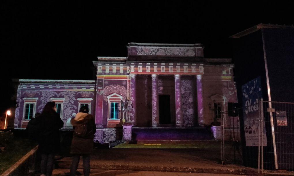 """Géniale cette projection sur le palais de justice et un hommage à Saintes la cité cheminote..... Et ce temps perdu pour Barbara, qu'elle nous chante auprès de ces """" Comtoises """""""
