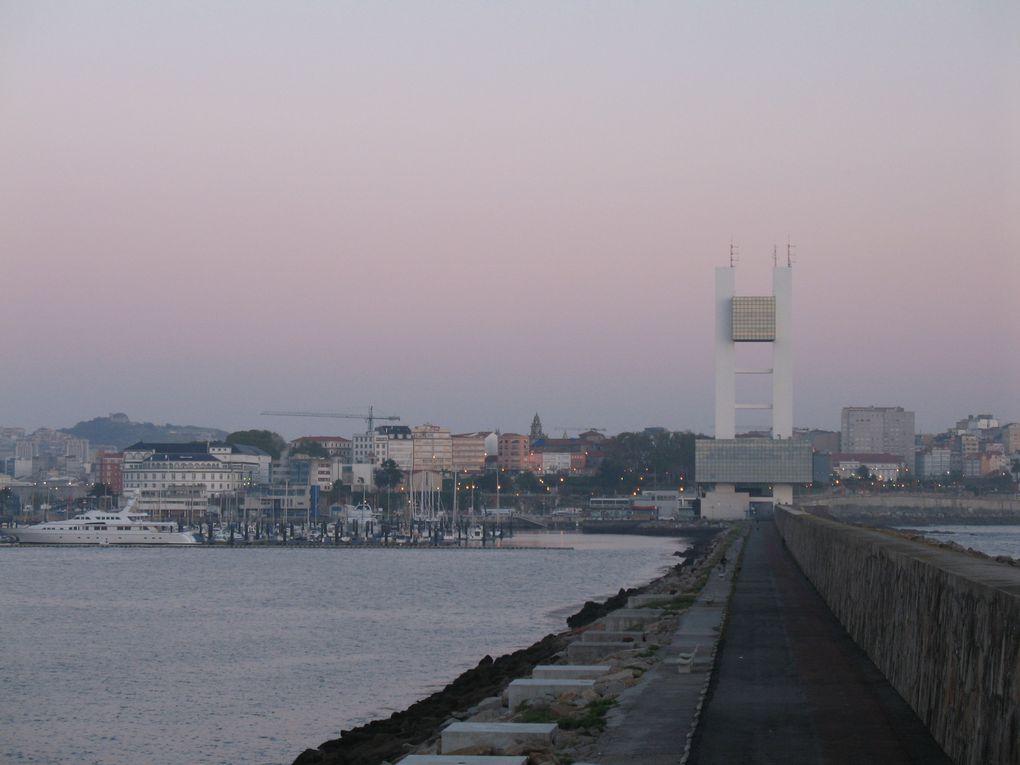 Levers de soleil sur le port et la Punta Herminia et tour de contrôle du port de La Coruña.