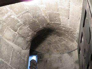 La voûte en pierre de taille et les escaliers permettant d'accéder en haut du clocher