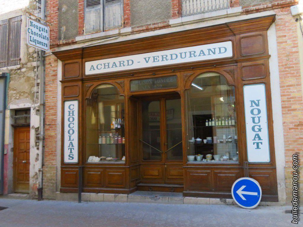 Quelques boutiques qui ont gardé leurs devantures anciennes.