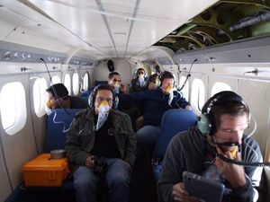 Cotopaxi - left, the 09.28.2015 / 6:01 - via Seguridad Ecuador - right, surveillance teams when flying from 27.09.2015 - IG / Twitter - a click to enlarge
