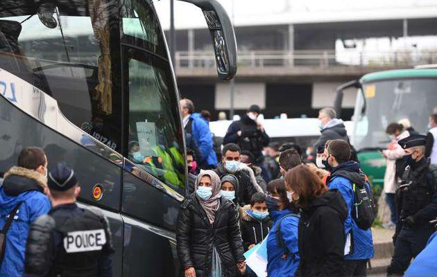 Evacuation d'un campement de plus de 2 800 migrants au pied du Stade de France