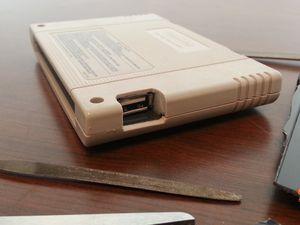 Le 21 mars, ça a été une amélioration de la cartouche au niveau de l'insertion de la clé USB et le câblage du cordon USB sur les pistes d'origine de la carte du jeu.