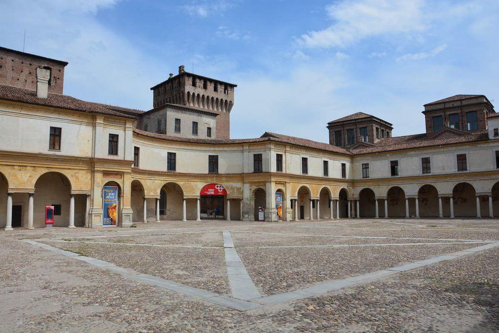 Dans les rues de Mantoue, la basilique, la rotonde Saint-Laurent, le Palazzo te.