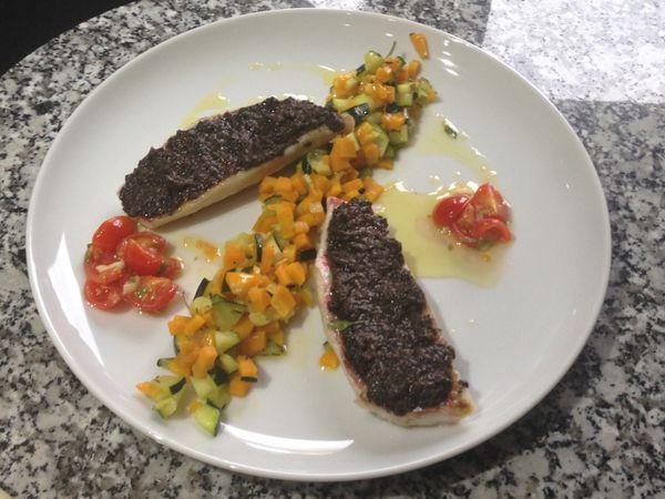 Filets de rougets à la tapenade olive-truffe, petits légumes, sauce vierge