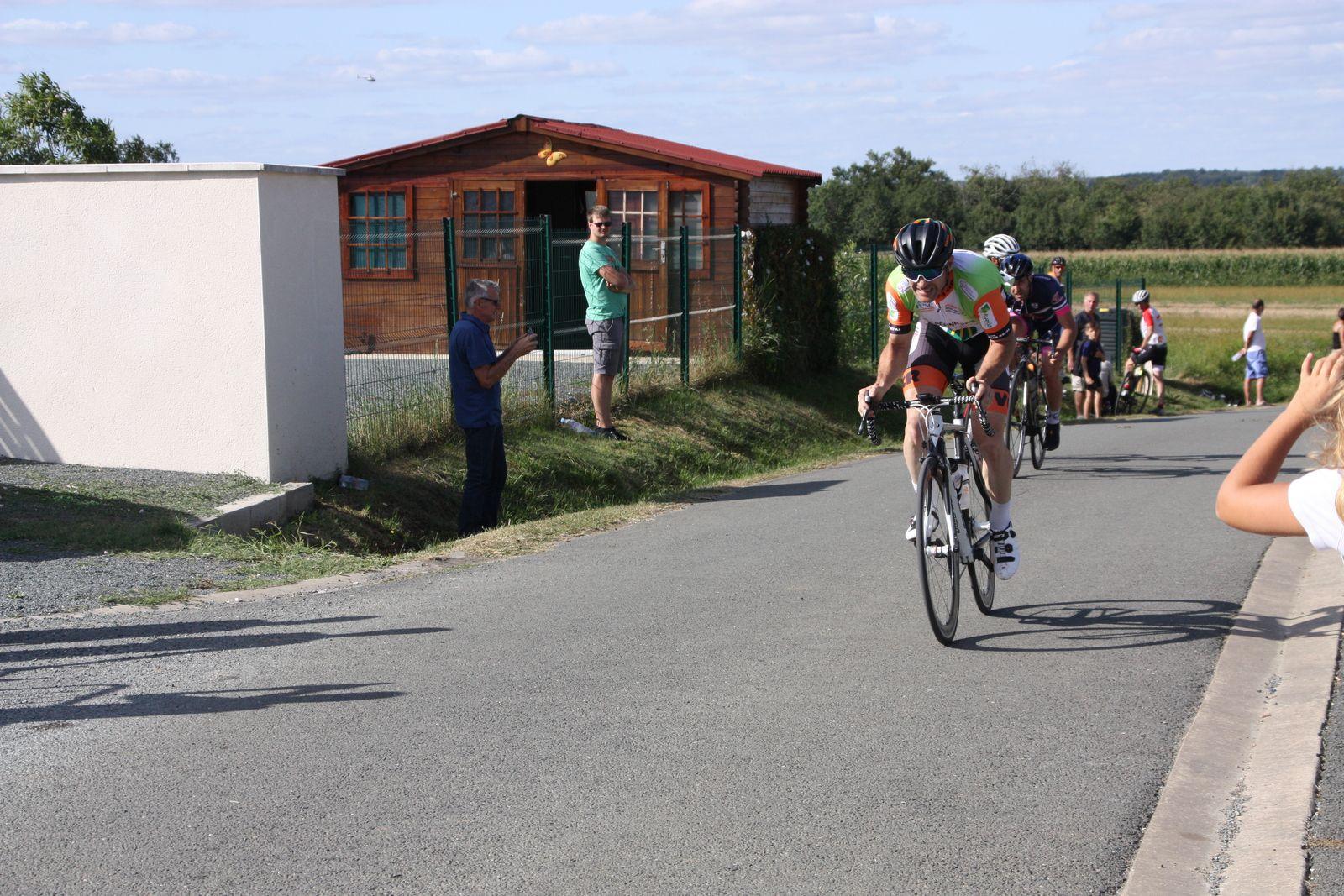L'arrivée  et  la  victoire  pour  Jérôme  PELAUD (VC  Corme-Royal)