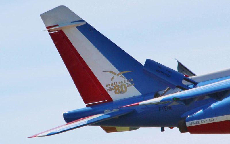 (actualisé) - PHOTOS - La dérive d'un Alpha Jet de la Patrouille de France en l'honneur des 80 ans de l'Armée de l'Air