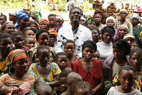 (image d'illustration)Dr Denis Mukwege, gynécologue rendu célèbre mondialement pour les soins administrés aux femmes victimes des violences sexuelles dans les provinces du Nord et Sud Kivu en RDC. Photo Facebook Page de We want 2013 Nobel Peace Prize for Dr Denis Mukwege (Octobre 2012)