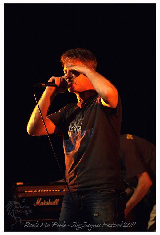 Citation:  Roule Ma Poule c'est tout d'abord une histoire de potes… 10 ans après avoir joué au sein de BOYCOTT (punk/Rock), Teuf et Cid décident de monter un groupe de Rock'n'Roll. La ville de Beynes et l'association TURBULENCES leur offrent cet