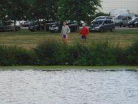 Comme des enfants ; ancien fourgon ; pendant que le gros de l'équipe se promenait sur une rive, Jean-Yves et Yannick se baladaient sur l'autre.