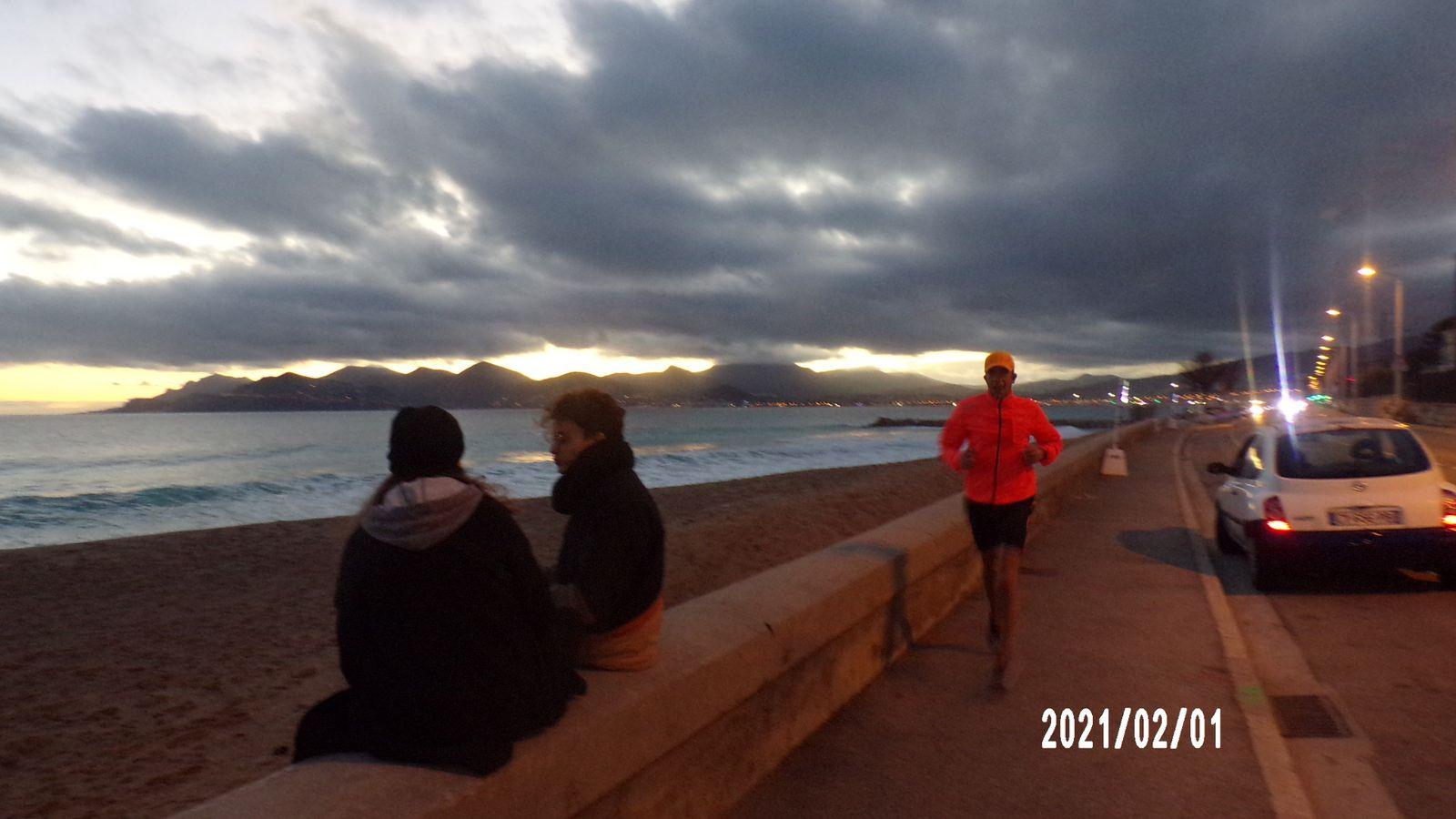 Quelques photos de Cannes encore. Le bord de mer, une vitre de Louis Vuitton. Au loin les collines d'Esterel, avec derrière Saint Raphaël.