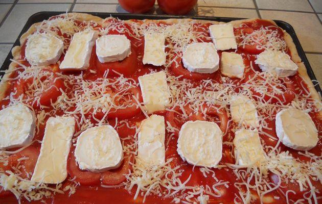 Pizza chèvre - brie - tomates