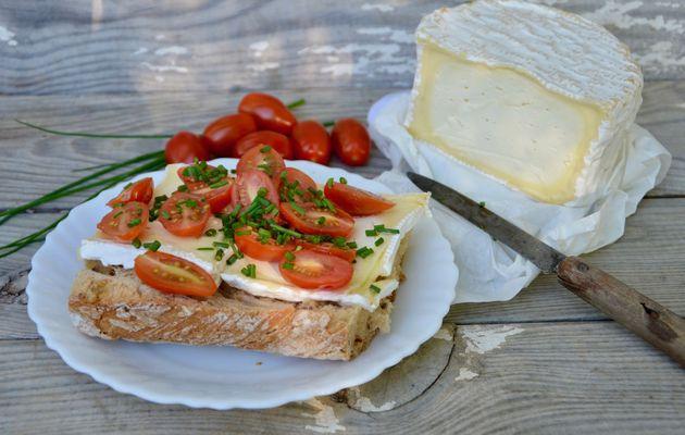 Tartines de Chaource et tomates cerises