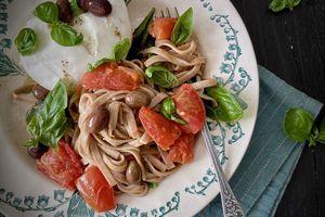 Tagliatelles à l'olive de Nice, sauce tomate-basilic et buratta