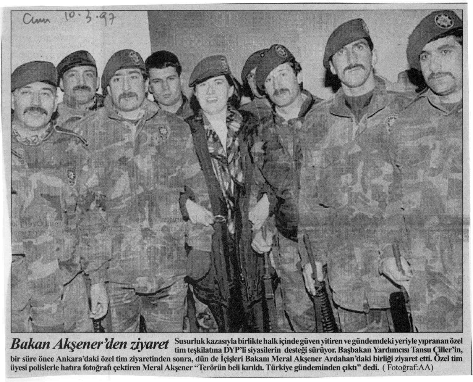 Meral Aksener among members of the special forces. Photo Anadolu Ajansı published in Cumhuriyet, March 10, 1997