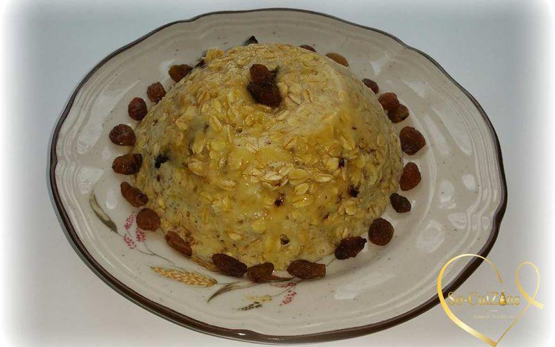 Bowl Cake aux flocons d'avoine, à la banane et aux chunks de chocolat agrémenté de raisins secs