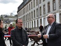 L'ariste et le maire de Quimper. Puis les deux jeunes Belges qui ont tendu le ruban ...