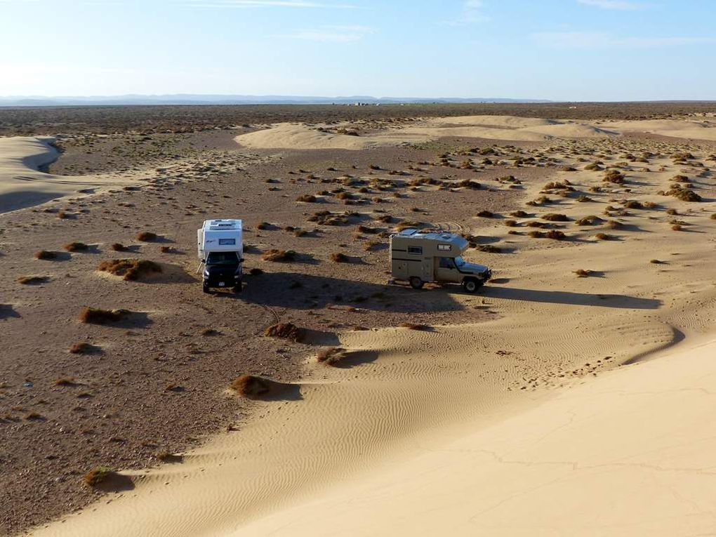 Le soleil se lève sur notre bivouac et les dunes.