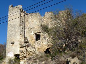 Le château à l'arrivée dans le vieux Vernègues