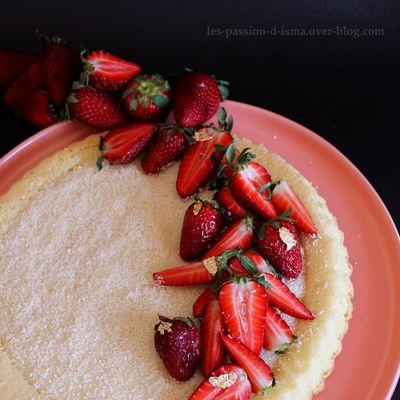 Une Génoise fourre à la crème et garnie à la fraise :