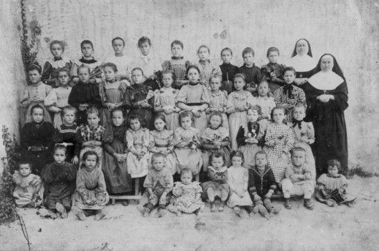 Album de souvenirs pour ceux et celles qui se sont perdus de vue... et qui garde dans leur coeur un petit coin de paradis de leur passage dans les écoles de La Garde.