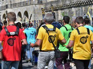 Le bagad Festival dans les rues piétonnes de Quimper