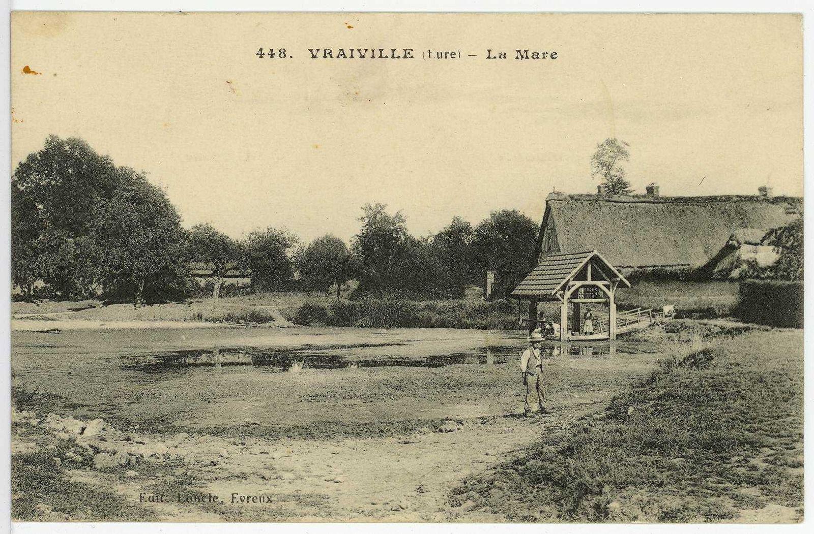 La mare centrale de Vraiville sur une carte postale illustrée des années 1910 disponible sur le site des Archives de l'Eure (cote (8 Fi 700-10).