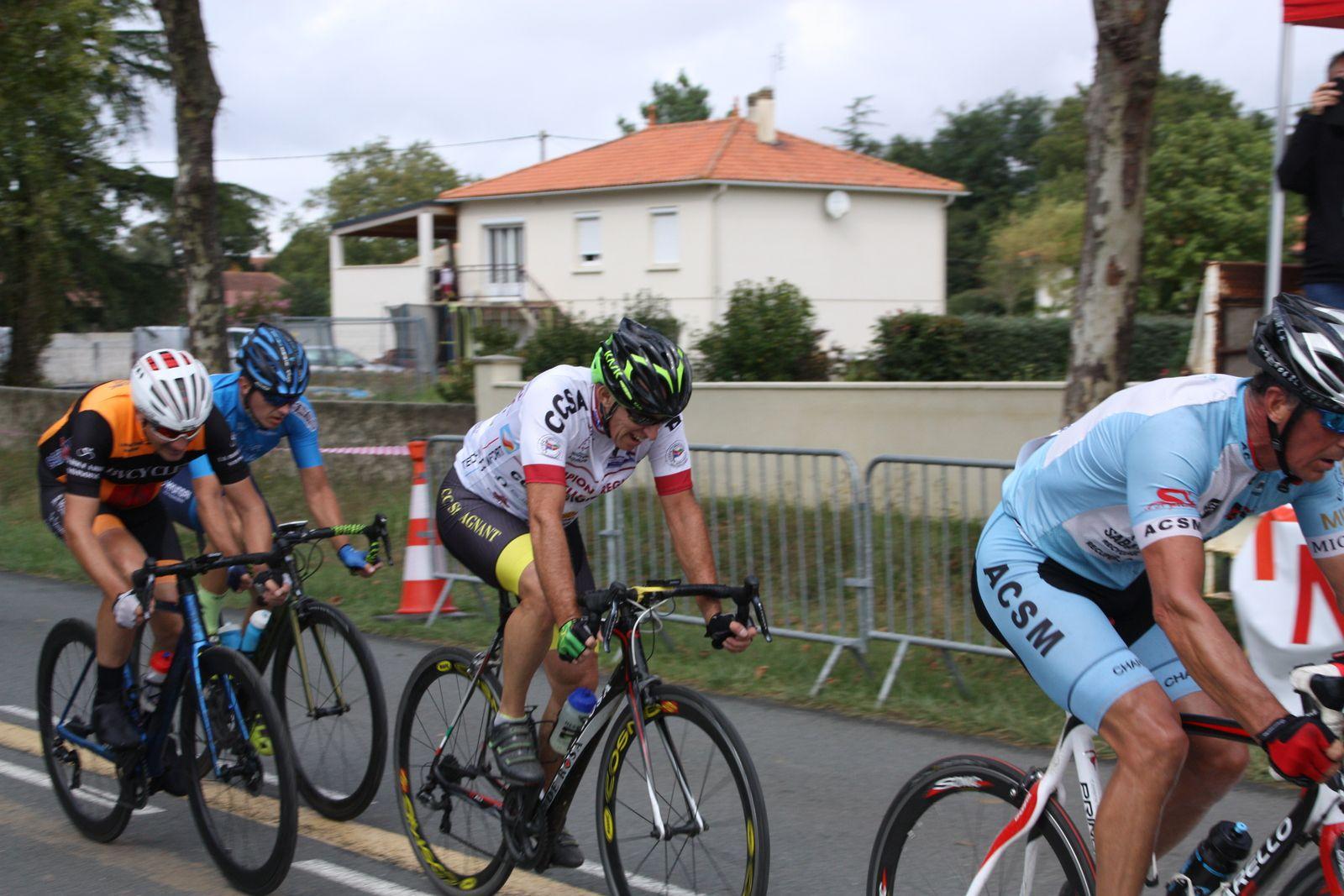 3e  tour  Laurent  TRIOLET  et  Patrice  BOUILLER  font  partie  du  groupe  de  tête.