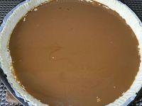 3 - Etaler la pâte feuilletée et la piquer à la fourchette. Disposer sur le fond de tarte la préparation à la noix, égaliser, puis étaler en couche la préparation à la crème de café. Enfourner la tarte pour une vingtaine de minutes environ. Pendant le temps de cuisson préparer la garniture en mélangeant dans un récipient les noix grossièrement concassées, la confiture de lait et un jaune d'oeuf. Au bout de 20 mn de cuisson, sortir la tarte du four, répartir sur le dessus la garniture aux noix concassées et enfourner à nouveau pour 7 à 8 mn environ en surveillant. La pâte doit finir de bien gonfler et dorer.