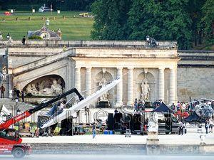 le château de Chantilly pris d'assaut par un hélicoptère aux couleurs de la Croatie, l'action est au rendez-vous ! Les frères Russo discutent  avec l'équipe technique.