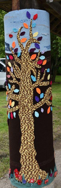 Fermanville, les tricoteuses habillent les arbres