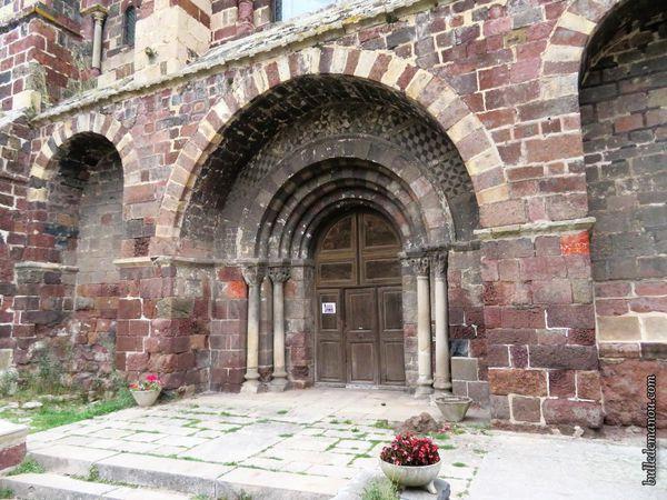 Le portail et les chapiteaux