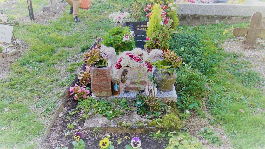 Voici la tombe toujours fleurie de la jeune Béatrice