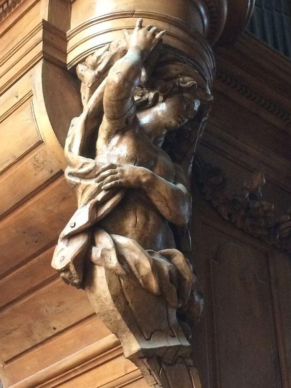 Détails des sculptures du buffet dessiné par Christophe Moucherel. L'artiste avait même prévu à l'origine d'actionner les anges musiciens par un mécanisme qu'il ne réalisera pas.