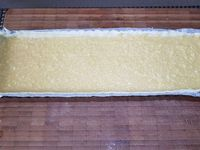 1 - Réaliser une crème d'amande (voir lien ci-dessous). Réserver. Mettre votre four à préchauffer th 6 (180°). Etaler la pâte, la foncer dans un moule à tarte, ici rectangulaire. Piquer le fond à la fourchette et répartir la crème d'amande en une couche uniforme. Mettre à cuire au four th 6 (180°) pour 20 à 25 mn environ. Pendant ce temps, laver et sécher les fruits, les tailler en moitiés ou en quarts selon votre inspiration (en garder quelques uns entiers pour la décoration). Ciseler les feuilles de verveine citronnelle.
