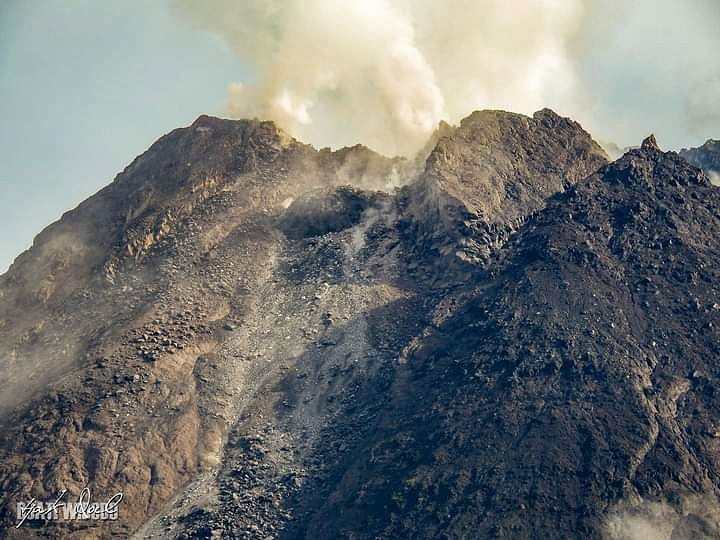 Merapi - the summit and the domes on 01.11.2021 / 07:43 a.m. - photo IG Merapi uncover