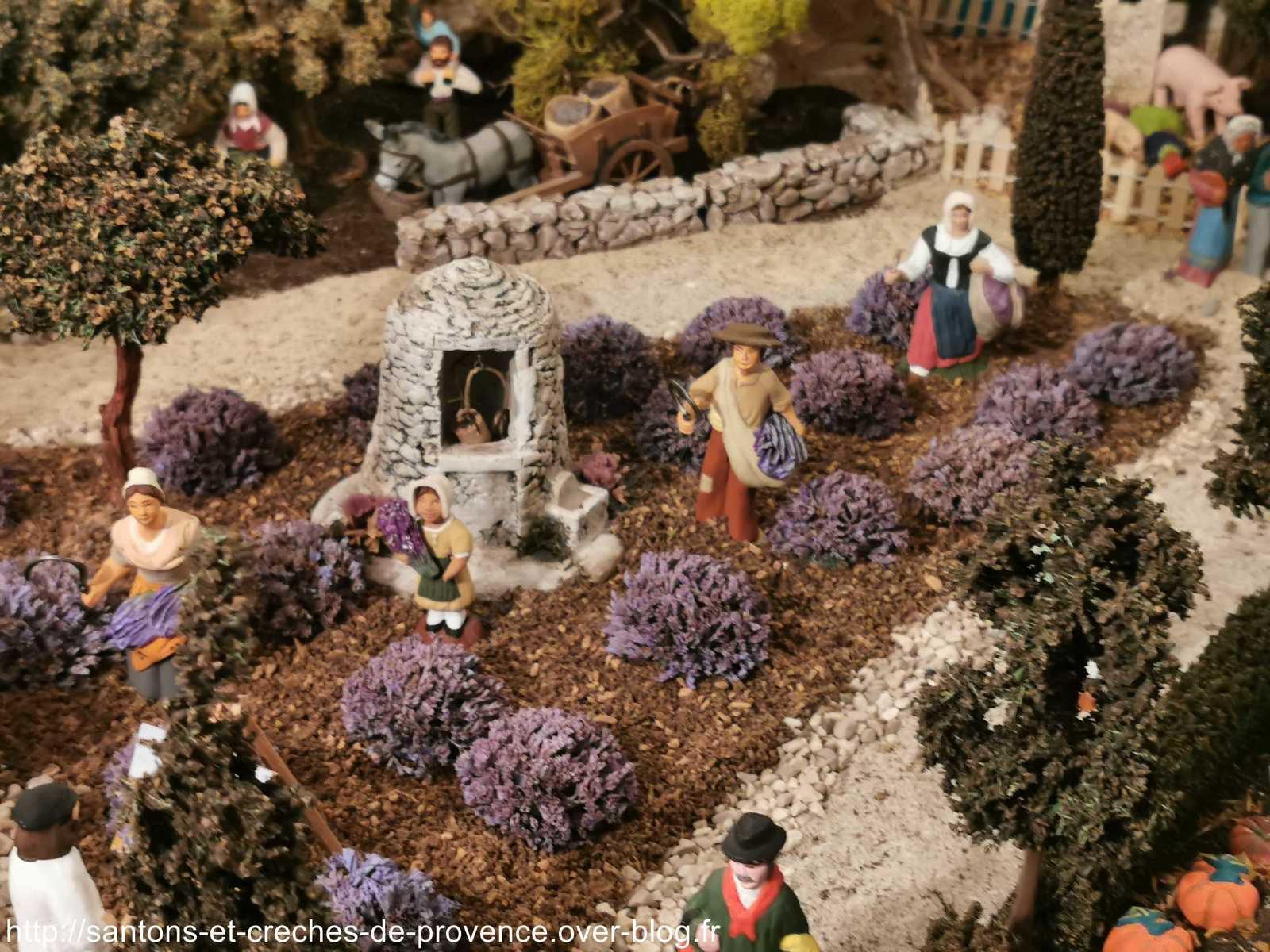 Les lavandes sont de madame Espigues, la femme et le coupeur de lavandes au premier plan sont d'Adrien, la petite fille est de l'Oustau d'Antan