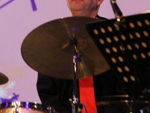 """Begleitet wurde sie an diesem Abend von Jazz- und Blues-Gitarristen Rupert Bachmaier, Dirk Schade am Bass, dem Schlagzeuger """"Ray"""" Raimund Beck und dem Pianisten Joachim Werner sowie im Background vokal von Hermine Fischer, Kerstin Hohm und Thomas Stein."""