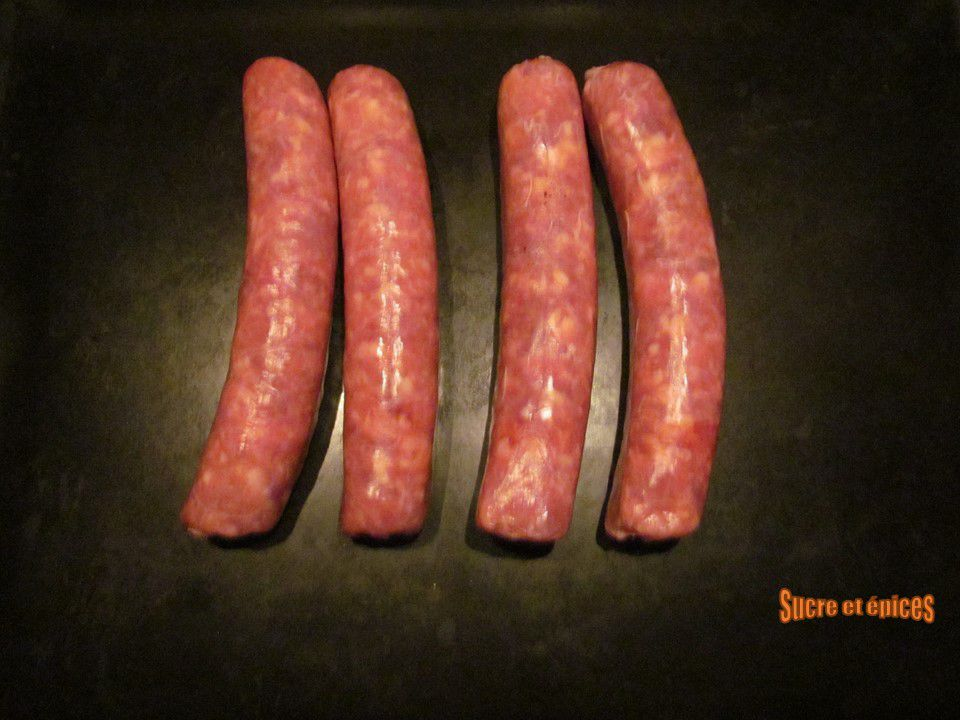 Saucisses de Toulouse au four avec des pommes de terre et des choux de Bruxelles