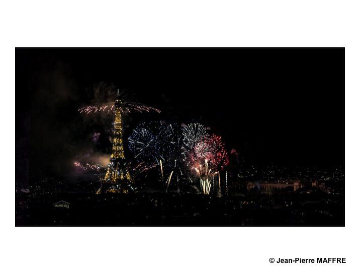 A Paris, contemplons de loin le feu d'artifice du 14 juillet 2020 qui s'est déroulé sans public en raison de la pandémie du coronavirus (covid-19).